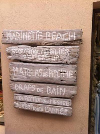 Réalisation d'un plancher en bois flotté pour une boutique à St Tropez ainsi que du mobilier