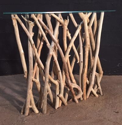 Console avec des branches en bois flotté