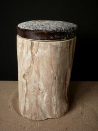 Tabouret en bois flotté et assise en peau de vache