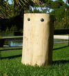 tabouret en bois flotté clouté avec des clous ronds