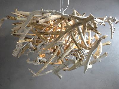 Lustre en petit morceaux de bois flott for Fabriquer suspension bois flotte