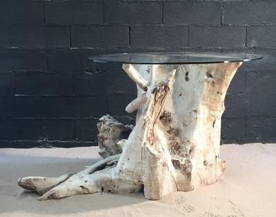 mange debout en bois flotté avec un plateau en verre