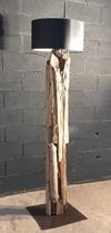 Lampadaire en planches de bois flotté